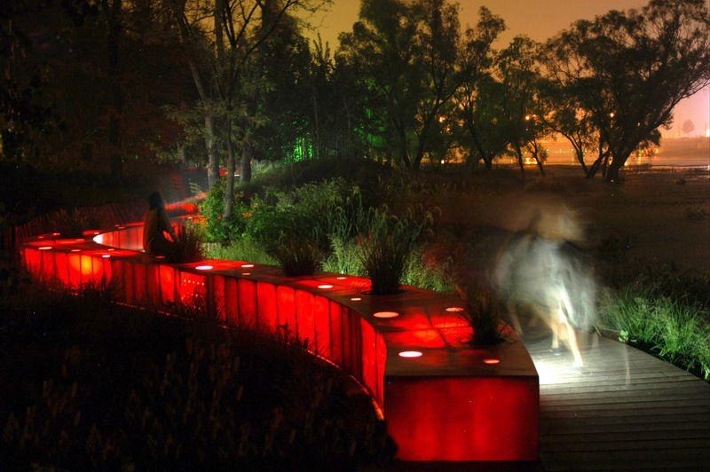 Подсветка красной ленты позволяет ориентироватья в парке в темное время суток