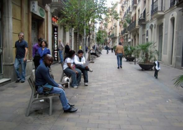 Пешеходная улица в Барселоне, Испания, с лавочками, качественной брусчаткой и зелеными насаждениями.