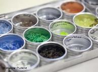 Измельченные пластиковые отходы сортируются по цветам
