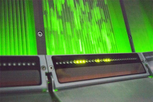 Лазер сканирует частички пластикового вторсырья