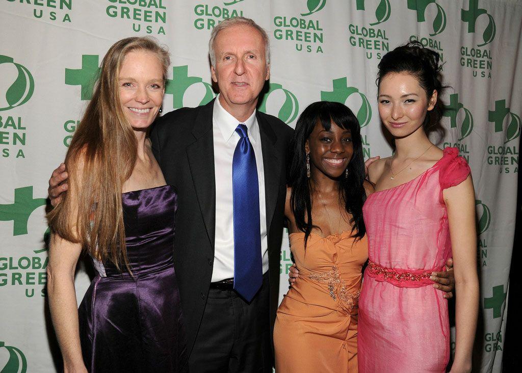 Сюзи Амис, Джеймс Камерон, победительница конкурса Red Carpet, Green Dress 2011 года Саманта Энжел, и модель Айне на 8й ежегодной зеленой вечеринке Global Green USA's Pre-Oscar Party 2011
