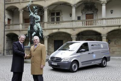 Фолькер Морнхинвег передает ключи от малотоннажного электрофургона Хериберту Реху