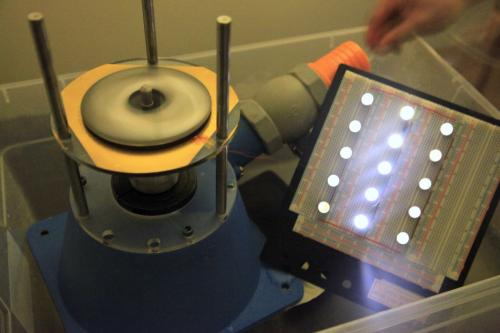 Прототип трибогенератора, назначение которого в демонстрации потенциальных возможностей сбора энергии, выглядит как диск диаметром около 10 сантиметров.