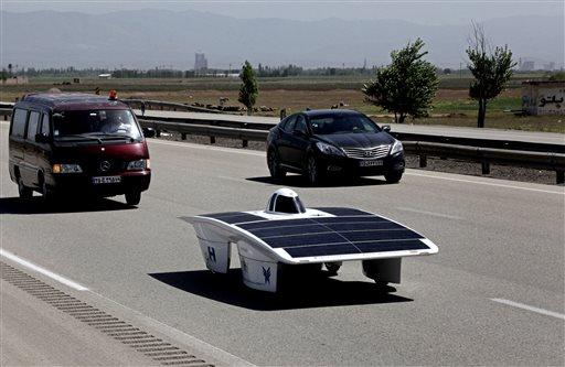 Изготовленный студентами солнечный автомобиль Хавин-2 (Havin-2) или Восхитительное Солнце (Brilliant Sun) проехал по участку обычной дороги в Северном Иране в окружении бензиновых автомобилей.