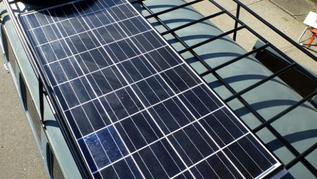 Для заряда аккумуляторов на крыше микроавтобуса разместили солнечную панель Kyocera мощностью 135 Вт.