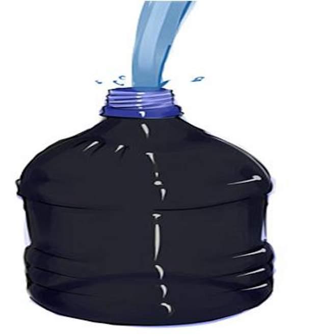 Заполните покрашенную в чёрный цвет бутылку водой