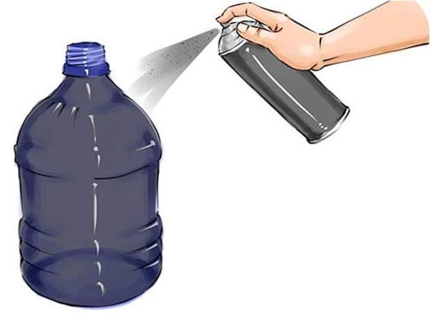 Покрасьте бутылку в чёрный цвет.
