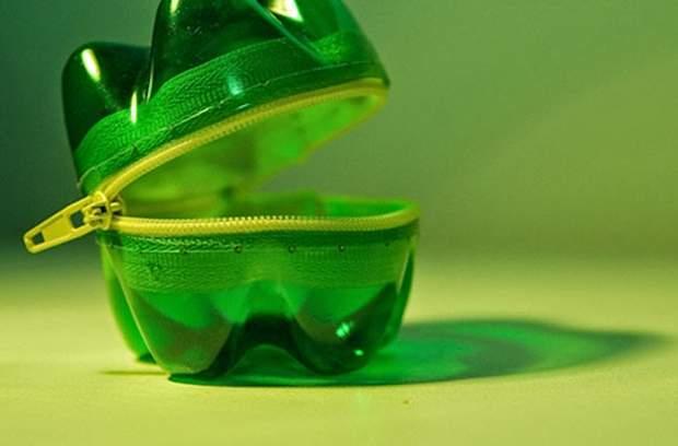 Оригинальный прочный кошелёк из донышек от пластиковых бутылок.