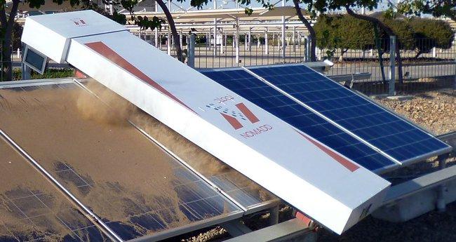 Робот для очистки солнечных панелей в пустыне