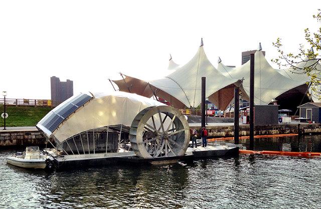Водяное колесо на солнечной энергии собирает мусор в гавани Балтимора. Facepla.net последние новости экологии