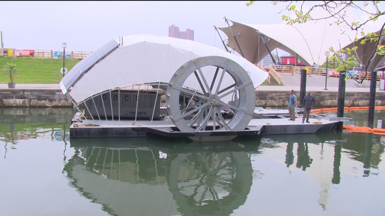 Водяное колесо на солнечной энергии собирает мусор в гавани Балтимора