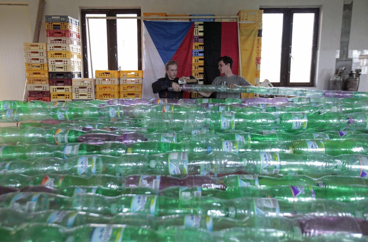 Корабль из пластиковых бутылок успешно двигается по маршруту