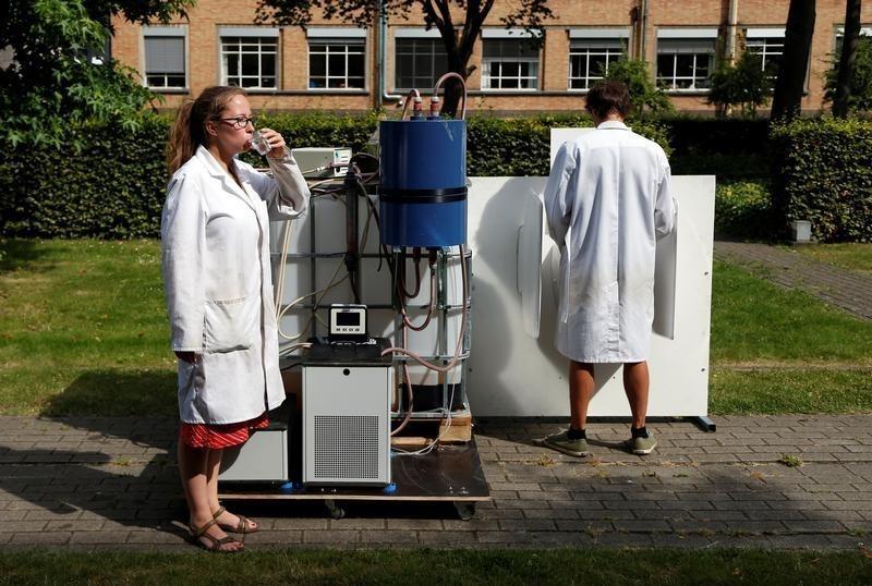 Устройство на солнечной энергии превращает мочу в воду