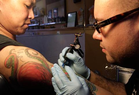 Чернила беспокойства – так ли безопасны татуировки? Экологический дайджест