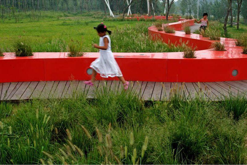 Красная лента вьется вдоль реки по территории бывшей свалки