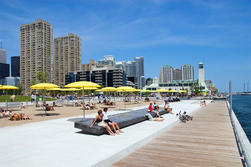 Жарким летом местные жители и туристы пользуются возможностью позагорать в черте города