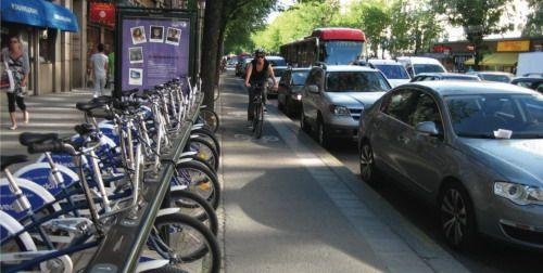 Автомобильные парковки в центре зачастую сменяются велосипедными