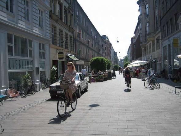 Одна из улиц Копенгагена, Дания, где приоритет предоставляется пешеходам и велосипедистам