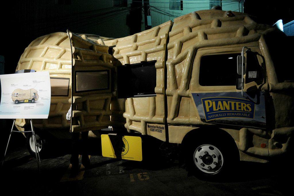 Рекламный автомобиль Nut Mobile от Planters, спонсора 8й ежегодной зеленой вечеринки Global Green USA's Pre-Oscar Party 2011