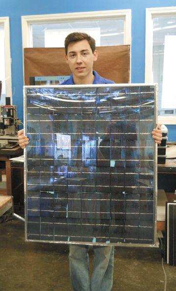 Дэниэль Кэмброн работает над проектом по созданию электромобиля, питание которого осуществляется за счет энергии солнца