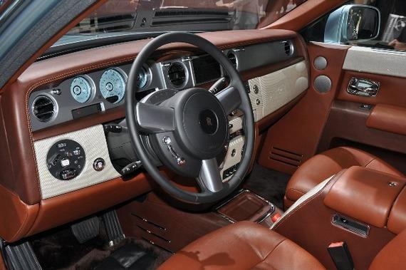 Так выглядят панель приборов и кресло водителя в Rolls-Royce 102EX